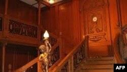 Posetioci ulaze na izložbu kao da se ukrcavaju na brod Titanik