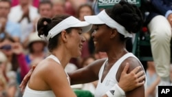 Garbine Muguruza cumprimenta Venus Williams