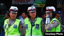 Polisi wanita berjaga-jaga dalam parade seni di Denpasar, Bali.