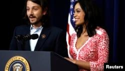 """Diego Luna y Rosario Dawson estrenaron la cinta """"César Chávez"""" en la Casa Blanca."""