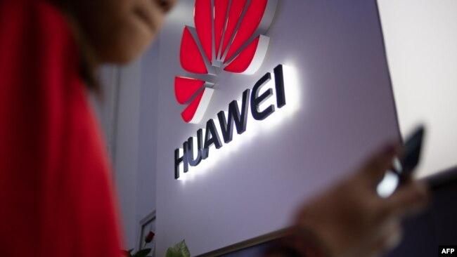 Biểu tượng của Huawei tại một cửa hàng ở Bắc Kinh- Uganda và Zambia ngày 16/8/2019 bác bỏ tin là Huawei giúp họ do thám các đối thủ chính trị.