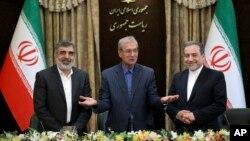 De izquierda a derecha, el portavoz de la agencia nuclear de Irán, Behrouz Kamalvandi; el portavoz del gobierno iraní, Ali Rabiei y el viceministro de Exteriores, Abbas Araghchi durante la conferencia de prensa del domingo.