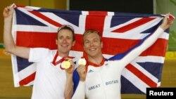 Vận động viên Chris Hoy (phải) hiện giữ kỷ lục của Anh với 6 huy chương vàng Olympic