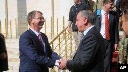 El secretario de Defensa estadounidense, Ash Carter, se reunió con su colega irarquí, Khaled al-Obeidi, en Bagdad, Irak, el lunes, 18 de abril, de 2016.
