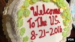 Chiếc bánh đón mừng người thân đến Mỹ định cư qua diện ODP sau 15 năm làm thủ tục. (Ảnh: Bùi Văn Phú)