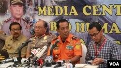 Kepala Basarnas Bambang Sulistyo (tengah) saat melakukan jumpa pers di Polda Jatim, Surabaya hari Selasa 13/1 (foto: VOA/Petrus).