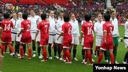 2012 런던올림픽 여자축구 G조 예선전에서 미국 선수들과 인사를하는 북한 여자 축구대표 선수들. (자료사진)