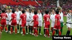2012 런던올림픽 여자축구 G조 예선전에서 미국 선수들과 인사를하는 북한 여자 축구대표 선수들(자료사진)