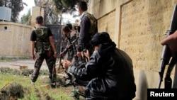 叙利亚自由军的战士4月20日在阿勒颇与政府军作战