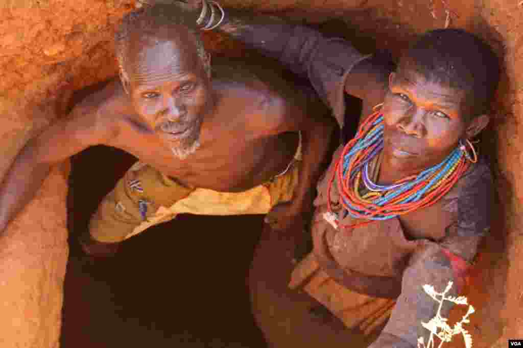 A Karimojong couple mine in a hole they dug by hand, March 2, 2014. (Hilary Heuler for VOA)