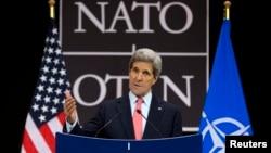 Menlu John Kerry mengatakan NATO perlu rencana untuk menanggapi kemungkinan penggunaan senjata kimia.di Suriah (23/4).