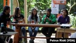 """Empat perempuan aktivis lingkungan dalam dialog """"Perempuan-perempuan Pejuang Lingkungan"""" di Petungsewu, Malang, Jawa Timur. (Foto: VOA/Petrus Riski)."""