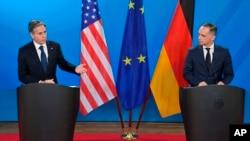 Menlu Jerman Heiko Maas (kanan) dan Menlu AS Antony Blinken dalam konferensi pers di Berlin, Jerman, 23 Juni 2021. (John Macdougall/Pool Photo via AP)