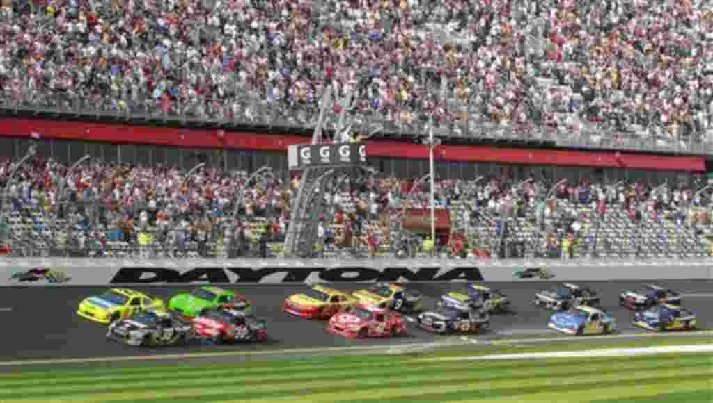 Ryan Newman (39) y Paul Menard (27) liderando la primera de las dos competencias en Daytona Beach, Florida.