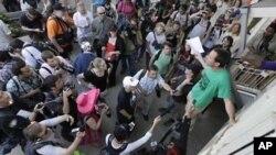 Cuộc biểu tình bắt đầu một cách ôn hòa, với hàng ngàn người tuần hành qua các đường phố ở Chicago nhưng kết thúc với bạo động, trong lúc người biểu tình ném gạch đá, chai lọ vào cảnh sát và không tuân lệnh giải tán của nhân viên công lực