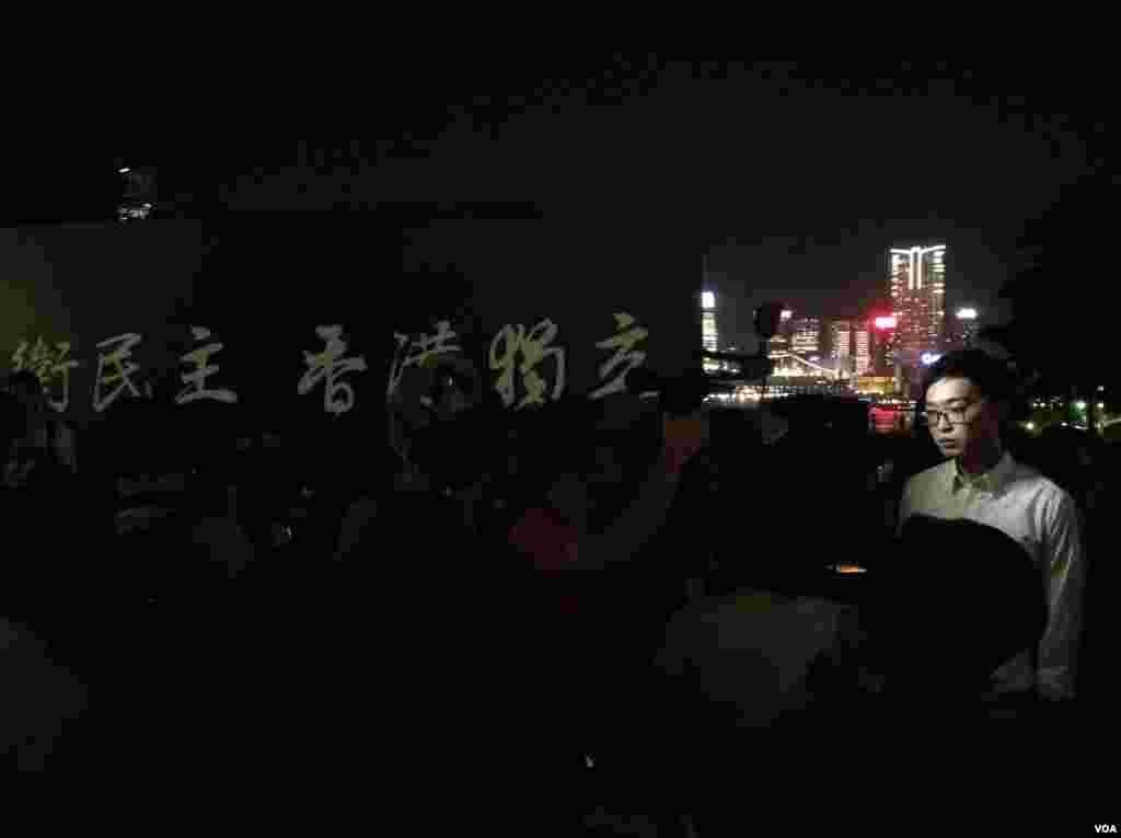 集會開始前民族黨陳浩天接受媒體採訪(美國之音海彥拍攝)
