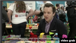 Tom Hall, Pimpinan Lego Education International (VOA/Videograb)