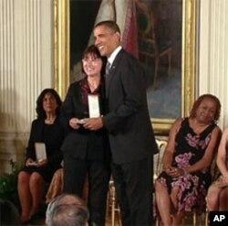 关惠群接受奥巴马总统颁发的2010总统公民奖章