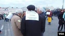 5月6日莫斯科反政府示威中,一名示威者后背上的标语是,打压非政府组织是灭绝公民社会。(美国之音白桦拍摄)