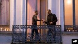 Le frère d'Abdelhamid Abaaoud suspect principal des attaques de Paris, à gauche, sur le balcon de son appartement de Molenbeek, en Belgique