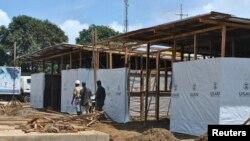 Trabajadores construyen un nuevo centro de tratamiento del bola en Monrovia, Liberia.