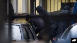 莫斯科警方將疑犯押送到法院