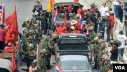 Tentara Thailand disiagakan untuk menindak demonstran jika berusaha memasuki pusat bisnis di kota Bangkok.