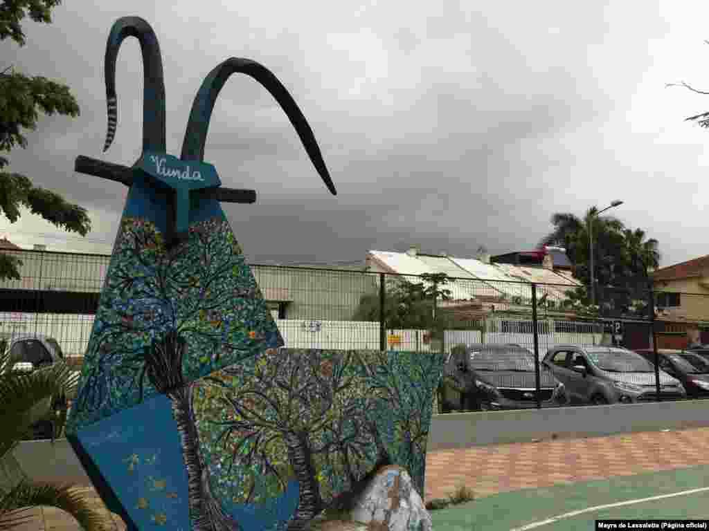 Palancas estilizadas expostas no Jardim da Unidade Africana de Luanda, projeto da Fundação Arte e Cultura
