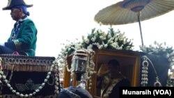 KGPAA Paku Alam X melambaikan tangannya dari dalam kereta Kyai Manik Kumolo yang sudah berusia 200 tahun dalam prosesi kirab seusai penobatan, Kamis, 7 Januari 2016 (Foto: VOA/Munarsih).
