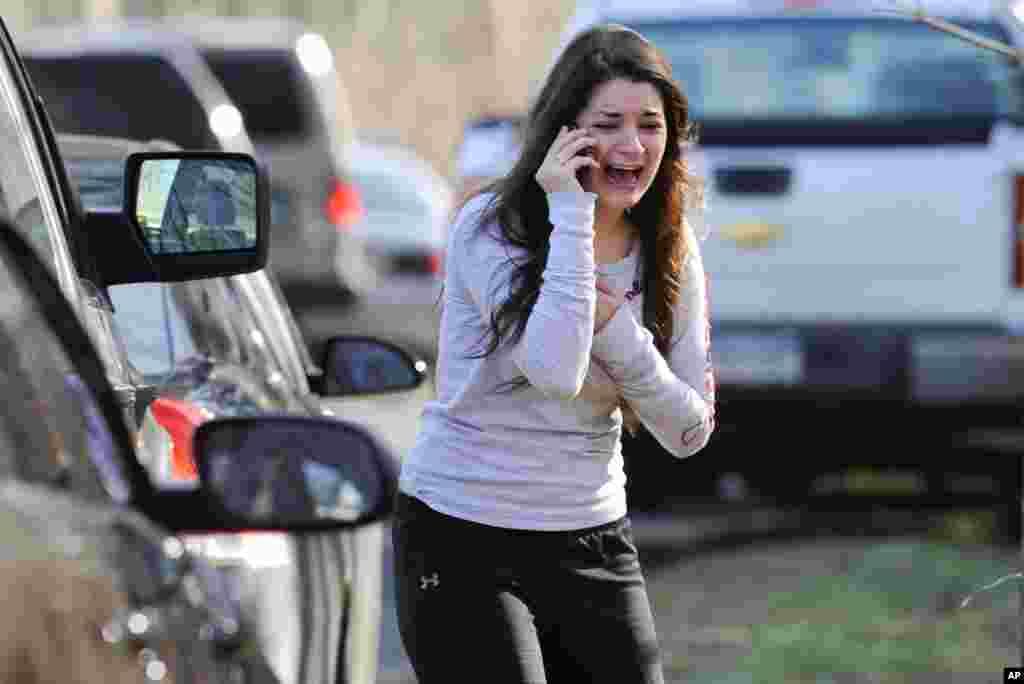 14일 총기난사 사건이 발생한 코네티컷주 뉴타운의 샌디훅 초등학교에서 교사인 자매의 소식을 기다리는 여성.