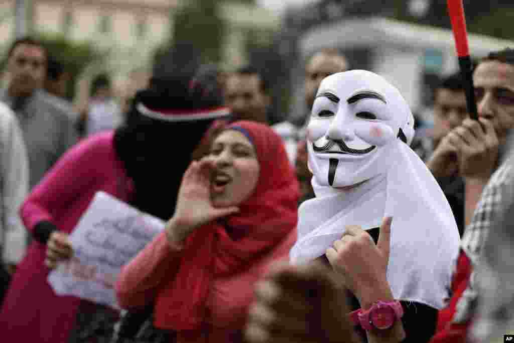 5일 이집트 카이로의 대통령궁 주변에서 정부의 새 헌법 초안에 반대하는 구호를 외치는 반정부 시위대.