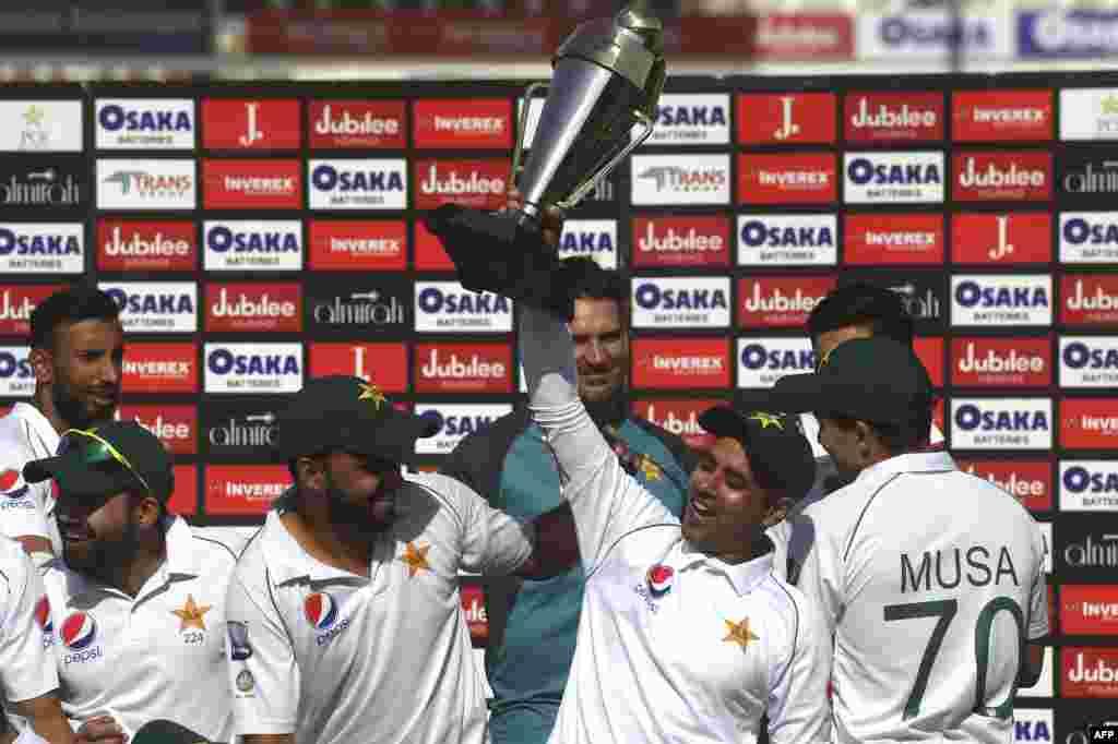 پاکستانی کرکٹر عابد علی کپتان اظہر علی کے ساتھ ٹرافی تھامے ہوئے ہیں۔ عابد علی میچ اور سیریز دونوں کے بہترین کھلاڑی قرار پائے۔