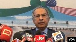پاکستان کے مشیر خزانہ عبدالحفیظ شیخ واشنگٹن میں پاکستانی معیشت پر میڈیا سے بات کر رہے ہیں۔ 20.10.2019