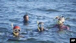 Waokoaji wa kujitolea wakitafuta miili huko Lamu. (AP Photo)