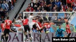 Hose Himenes postiže pobedonosni gol za Urugvaj u prvom kolu grupe A Svetskog kupa protiv Egipta (Foto: AP/Mark Baker)