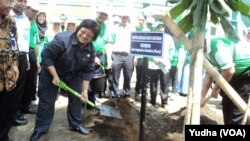Menteri Lingkungan Hidup dan Kehutanan, Siti Nurbaya, menanam bibit pohon di Kompleks Kampus UNS, Solo (Foto: VOA/Yudha).