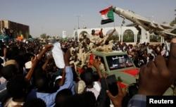 ទាហានស៊ូដង់កំពុងធ្វើដំណើរតាមរថយន្តមួយ នៅខាងក្រៅបរិវេណក្រសួងការពារប្រទេស ក្នុងក្រុងខាទុំ (Khartoum) ប្រទេសស៊ូដង់ កាលពីថ្ងៃទី២៥ ខែមេសា ឆ្នាំ២០១៩។