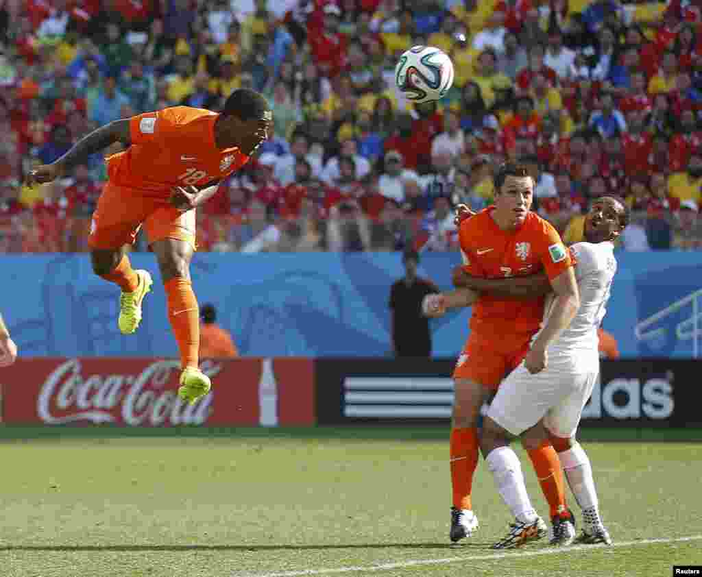 Leroy Fer of the Netherlands scores with a header against Chile at the Corinthians arena in Sao Paulo, June 23, 2014.