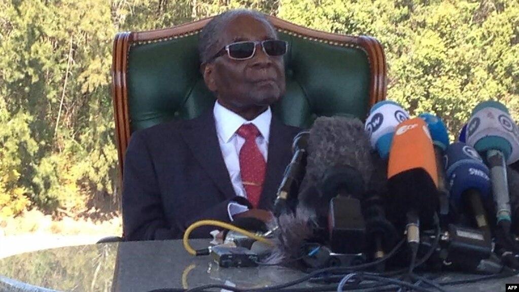 L'ancien président du Zimbabwe, M. Mugabe, devant les médias à Harare le 29 juillet 2018 lors d'une conférence de presse surprise à la veille des premières élections du pays depuis qu'il a été évincé de son poste l'année dernière.