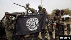 រូបឯកសារ៖ ទាហាននីហ្សេរីយ៉ាលើកទង់របសពួក Boko Haram ដែលពួកគេចាប់បានកាលពីពេលថ្មីៗ នៅក្នុងទីក្រុង Damasak ប្រទេសនីហ្សេរីយ៉ា។