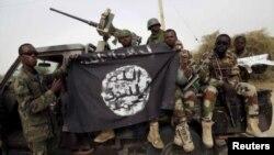 Militer Nigeria merampas sebuah bendera kelompok militan Boko Haram saat operasi 18 Maret 2016 lalu (foto: ilustrasi).