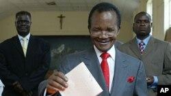 Frederick Chiluba, rais wa zamani wa Zambia akipiga kura katika uchaguzi wa nchi hiyo mwaka 2006