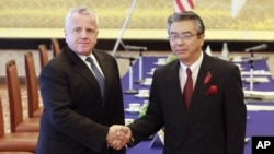 Džon Džej Saliven i zamenik ministra spoljnih poslova Japana Šinsuke Sugijama (AP Photo/Eugene Hoshiko)