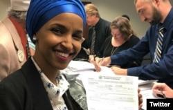Ilhan Omar prilikom predavanja dokumentacije za učešće na izborima za Kongres