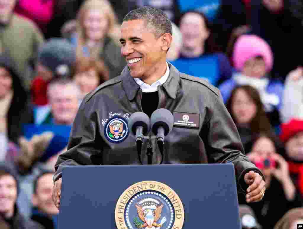그린베이 국제공항 캠페인 행사에 참석해 지지자들에게 선거 유세를 펼치는 오바마 대통령