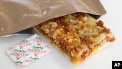 미군이 전투식량으로 개발 중인 피자. 특수한 포장에 넣어 3년간 썩지 않는다.