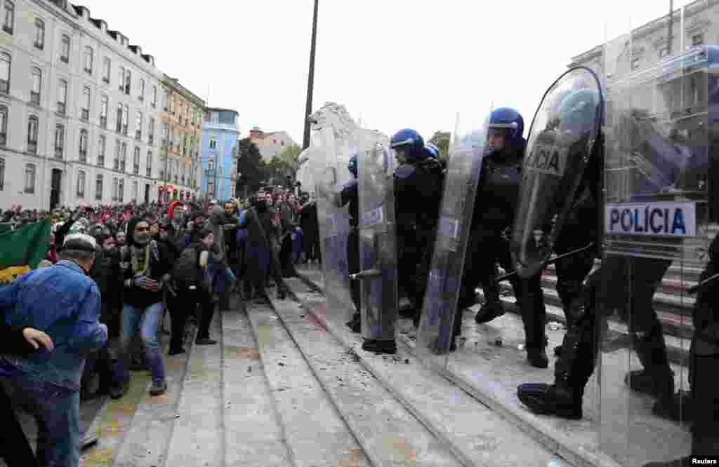 Manifestantes pareciam decididos a romper o cordão policial frente ao parlamento