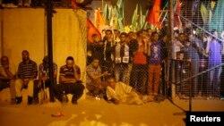 Người Palestine chờ đợi gần cửa khẩu Erez ở phía bắc Dải Gaza.