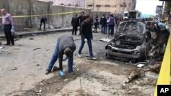 سیکیورٹی اہل کار مصر کے شہر سکندریہ میں اس مقام کا معائنہ کر رہے ہیں جہاں سیکیورٹی چیف پر بم حملہ کیا گیا۔ 24 مارچ 2018
