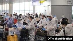 Các công dân Việt Nam chờ làm thủ tục tại sân bay Sheremetyevo. Ảnh: Trần Hiếu/Pv TTXVN tại LB Nga